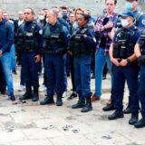 「感染対策への抗議として、フランスの警官が手錠を地面に投げる様子」の嘘